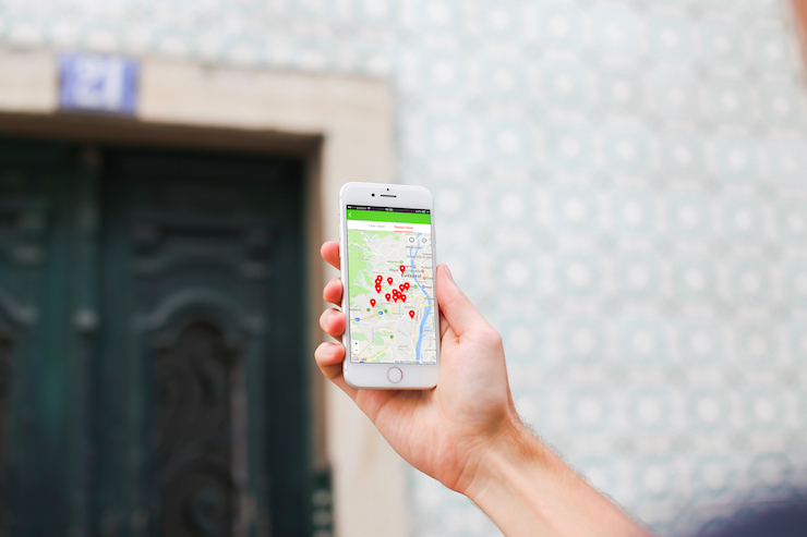 Male using Gazdagret app on streets of Budapest